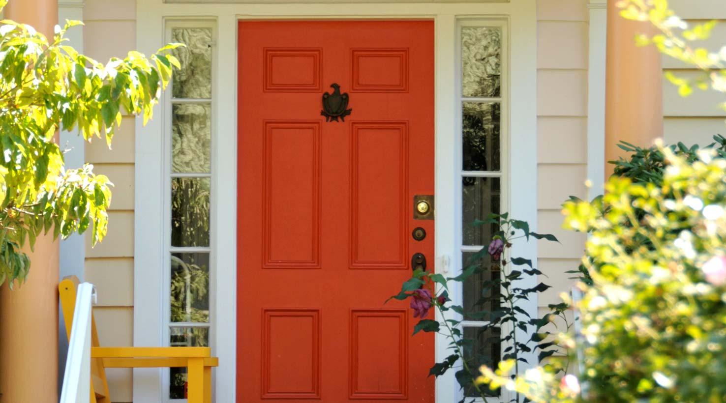 7-Inspirasi-Warna-Cat-Pintu-Rumah-Tercantik-yang-Bisa-Ditiru-oranye