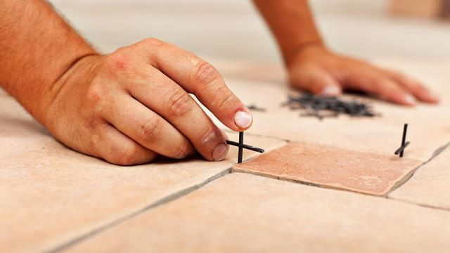 Tahapan-Pemasangan-Ubin-Keramik-atau-Porselen-pada-Lantai-cara