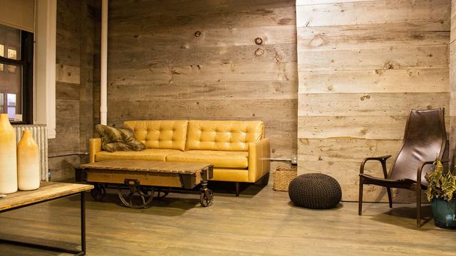 7-Inspirasi-Tekstur-Dinding-Buat-Ruangan-Terlihat-Semakin-Menarik-kayu