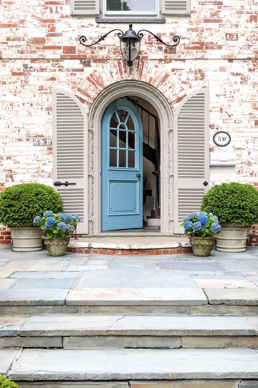 7-Inspirasi-Warna-Cat-Pintu-Rumah-Tercantik-yang-Bisa-Ditiru-biru
