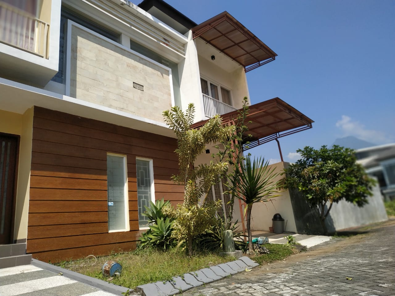 listing - Jual villa 3 lantai batu